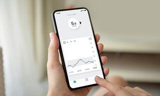 Rokas tur tālruni ar Dexcom lietotni