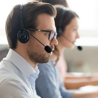 Vīrietis un sieviete tālruņa sarunas laikā ar austiņām
