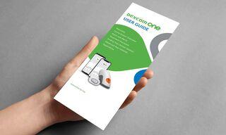 Roka, kas tur Dexcom ONE lietošanas pamācību