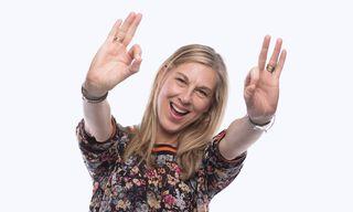 Жена, показваща ръцете си на камерата